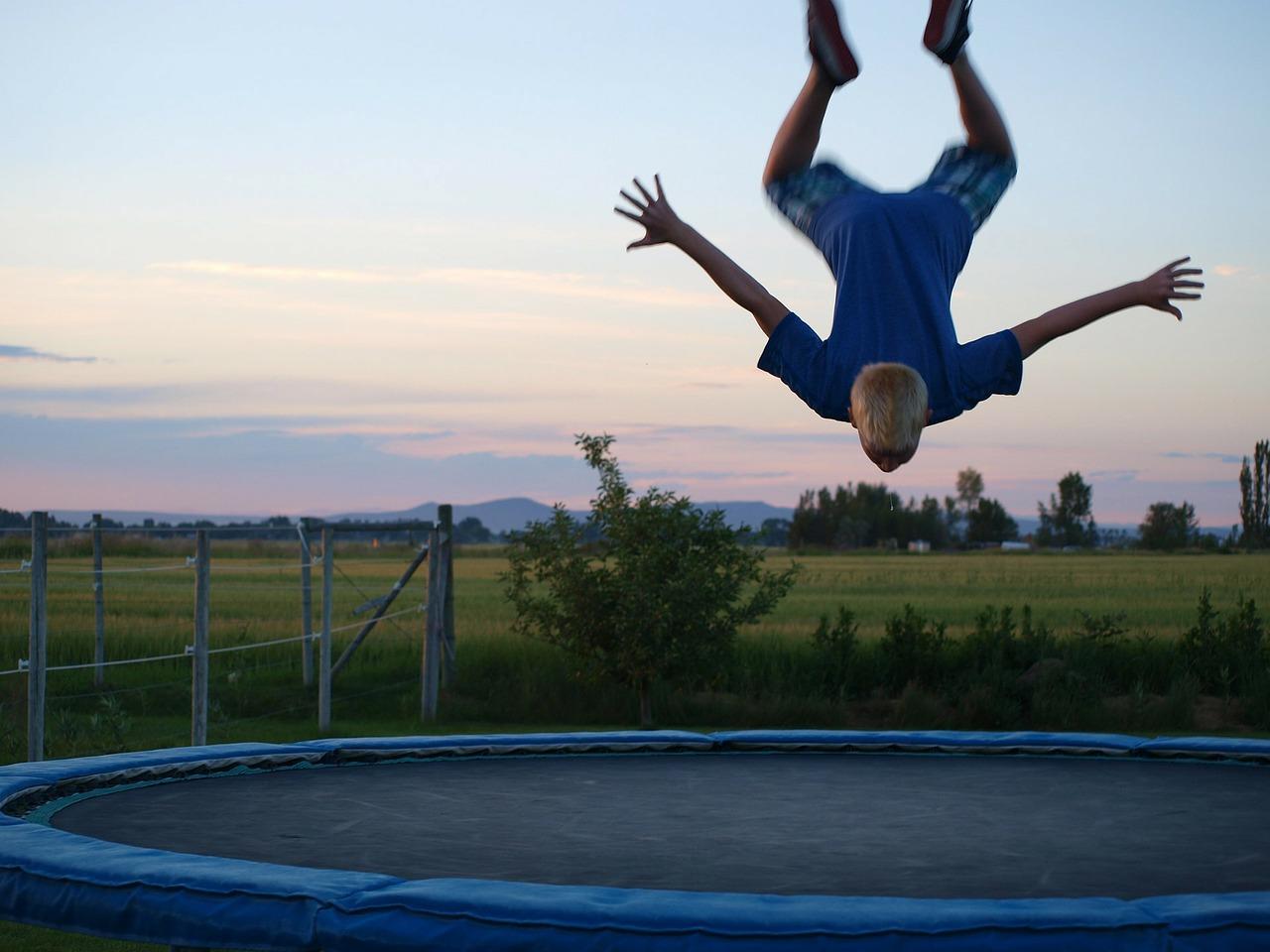 trampolina, rozrywka w ogrodzie