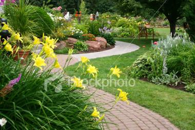 Ścieżki w ogrodzie – na co się zdecydować?